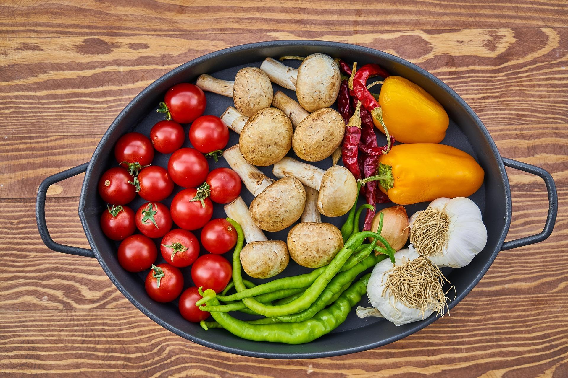 預防大腸癌每天最少進食兩份水果及三份蔬菜,以促進健康。